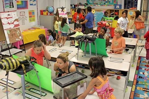 La-foto-del-aula-llena-de-estudiantes-aprendiendo