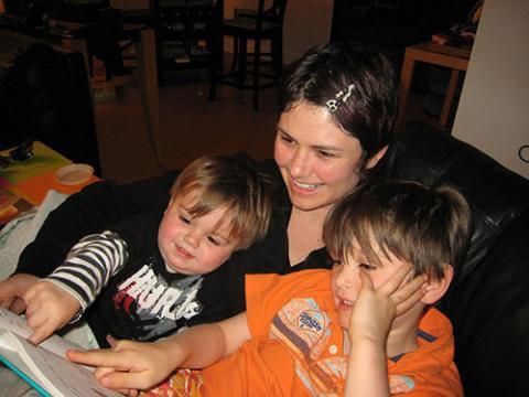 Foto de una madre leyendo con niños