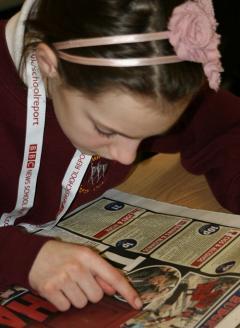 La fotografía del estudiante leyendo el periódico