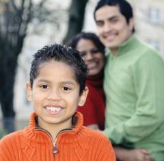 Foto de un muchacho joven con su familia.